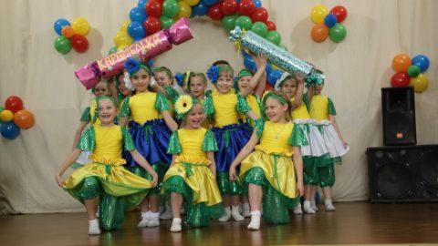 выступление 1б класса с танцем «Коротышки из цветочного города» на празднике Последнего звонка