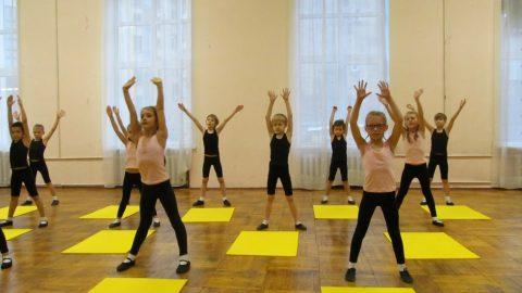 Открытое занятие по ритмике и хореографии в 1-а классе