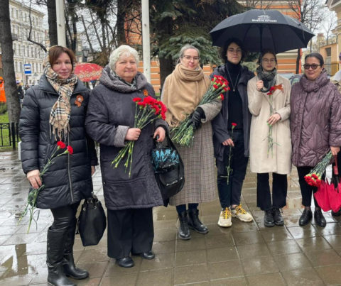 Церемония возложения цветов у памятника — стелы народному ополчению